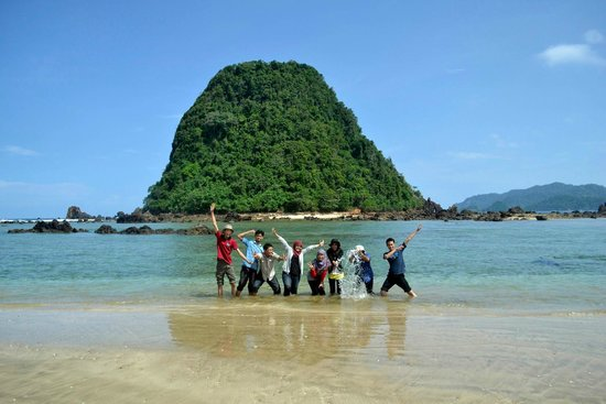 pulau merah beach, paket wisata pulau merah banyuwangi, paket tour banyuwangi murah