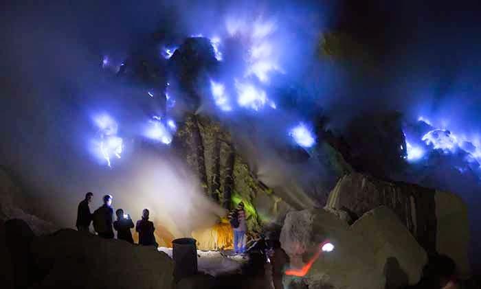 blue-fire-kawah-ijen-kawah-ijen-malam-hari-tourbanyuwangi-com-082231361865