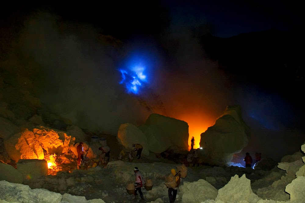 mount ijen blue fire, ijen crater, blue lava flows from kawah ijen