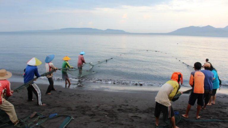 Cara menangkap Ikan dari pesisir, pulau santen banyuwangi, desa wisata di banyuwangi