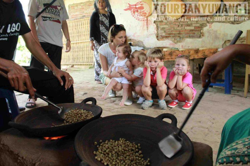 Wisata Kebun Kopi Banyuwangi Kampong Kopi Lerek Gombengsari, sangrai kopi, agrowisata kebun kopi